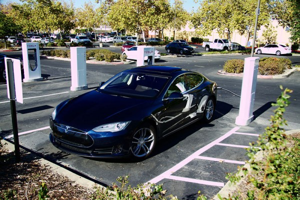 "Tesla Model S beim ""Supercharging"" in Folsom/ Kalifornien  Quelle: wiki commons"
